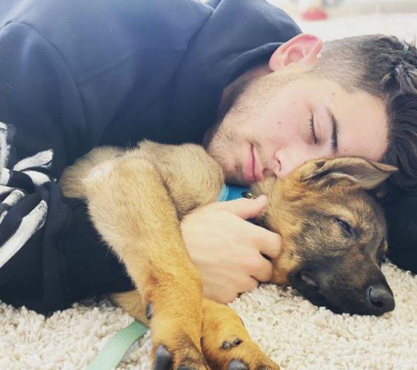 نيك ينام بجانب جينو