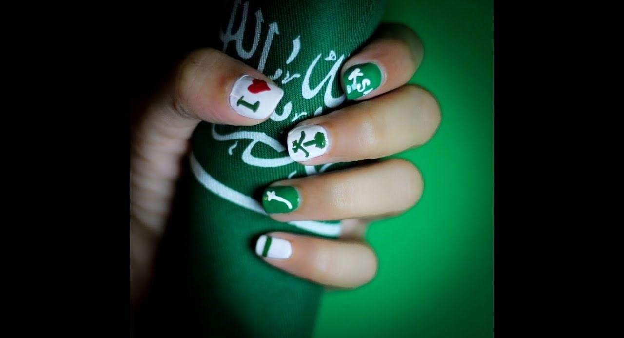 مناكير باللون الأخضر مع رسومات العلم السعودي