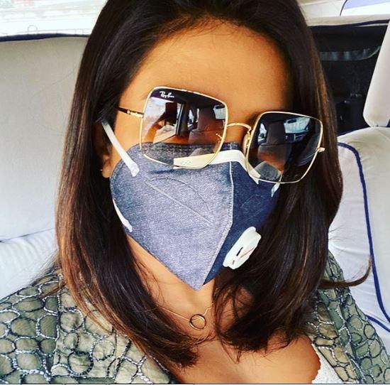 بريانكا تضع قناعاً للوقاية من التلوث