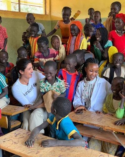 بريانكا برفقة الأطفال في احدى مدارس أثيوبيا