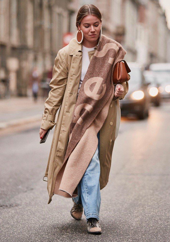 سكارفات بشعار دور الأزياء