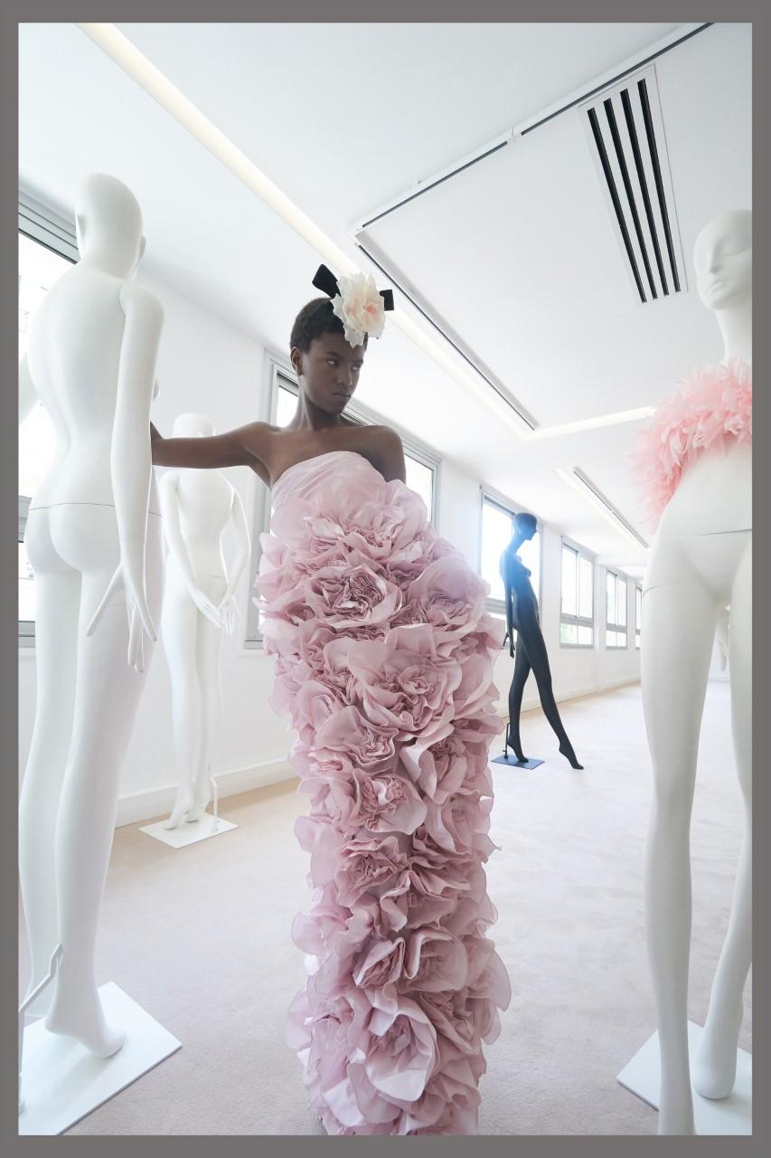 من مجموعة جيامباتيستا فاللي في أسبوع الموضة في باريس