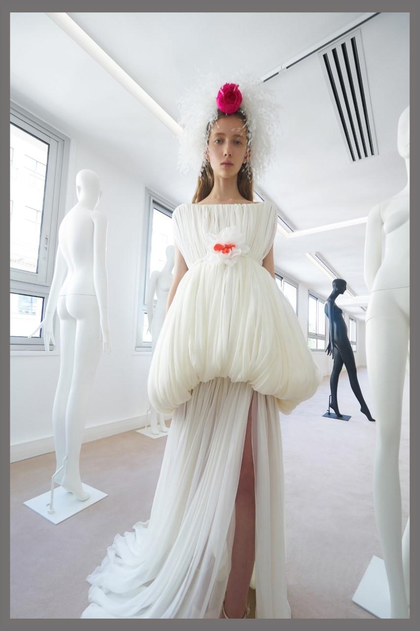 فستان أبيض من مجموعة جيامباتيستا فاللي لخريف 2019