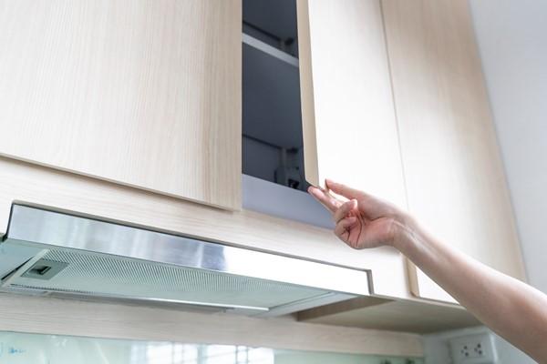 تنظيف الخزائن الخشبية في المطبخ
