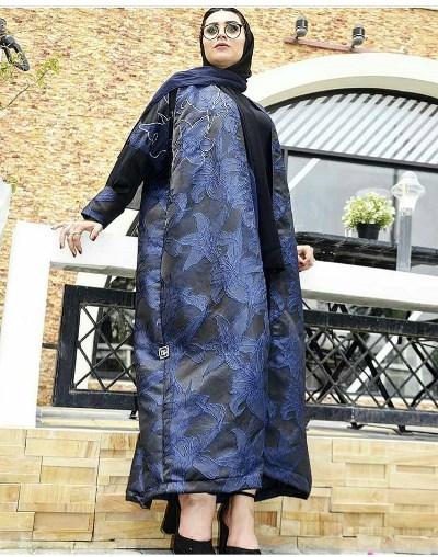 ba38cecc6 كما يمكنكِ اعتمادها مع الفساتين الضيقة، لاطلالة مريحة أكثر، مع شنطة وحذاء  باللون الأسود، حتى لا تغطي على فخامة العباية.