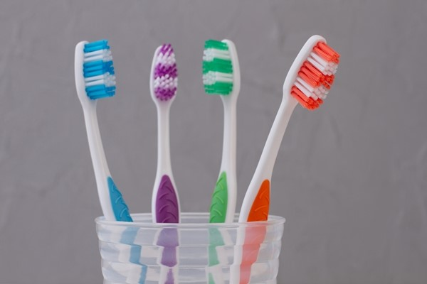 فرشاة اسنان لتنظيف فواصل البلاط