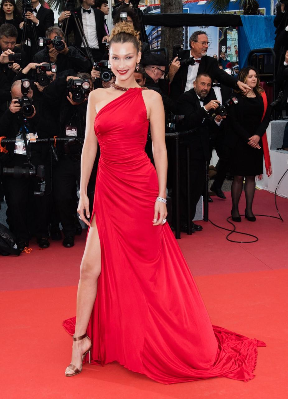 بيلا حديد مشرقة باللون الأحمر في فستان من كافالي