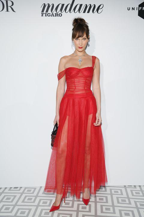 اطلالة رومانسية في فستان أحمر من ديور تألقت بها بيلا حديد