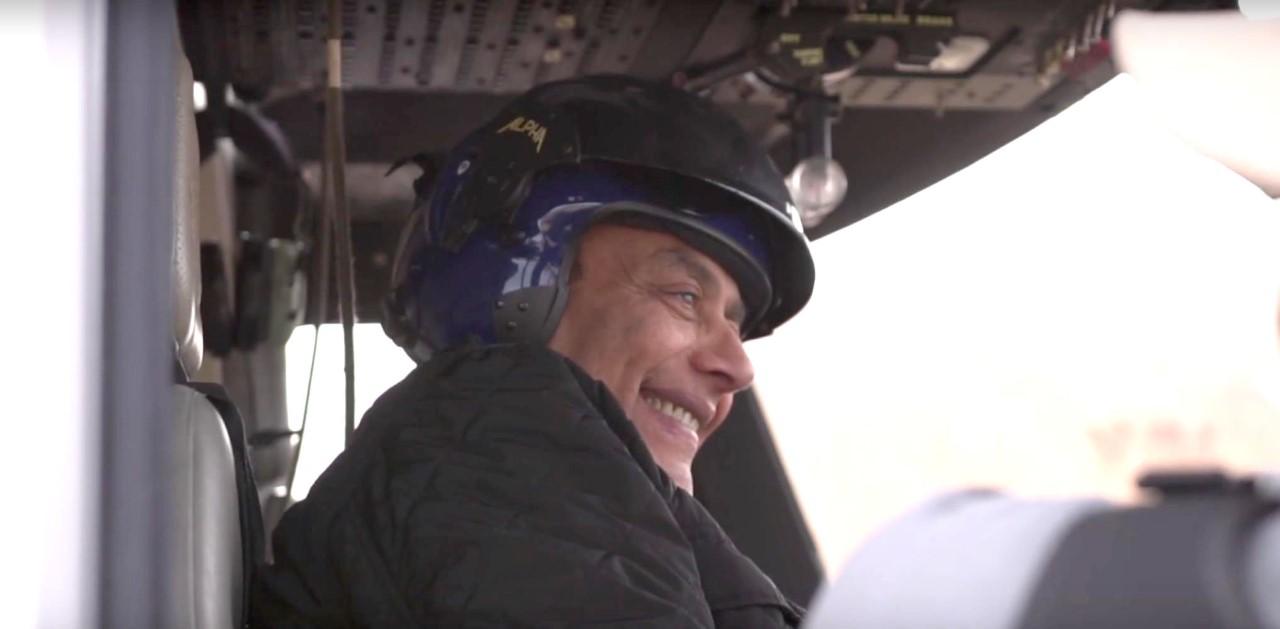 أحمد بدير يقود «الهليكوبتر» في العلا