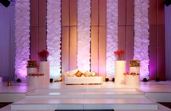 كوشة أفراح مع الورود والإضاءة الارجوانية