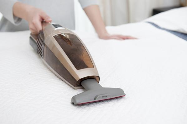 كيفية تنظيف فراش السرير