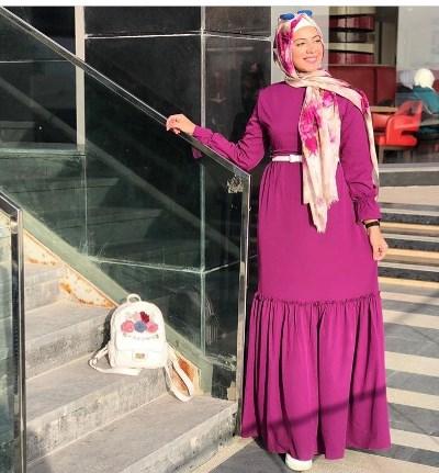 علا عبد الحميد بحجاب معرق بالورود مع فستان ملون