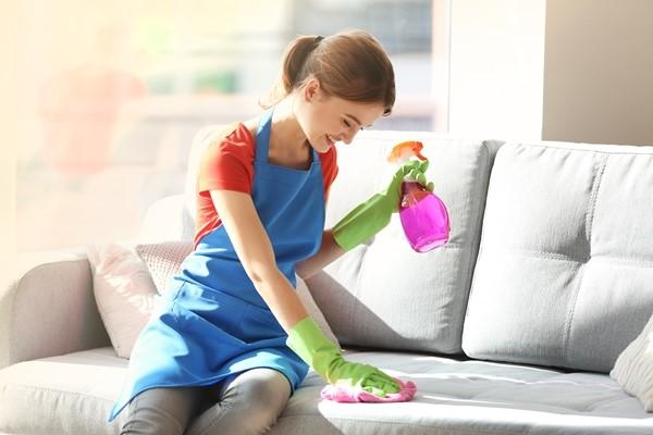 مرطب لتنظيف الأقمشة