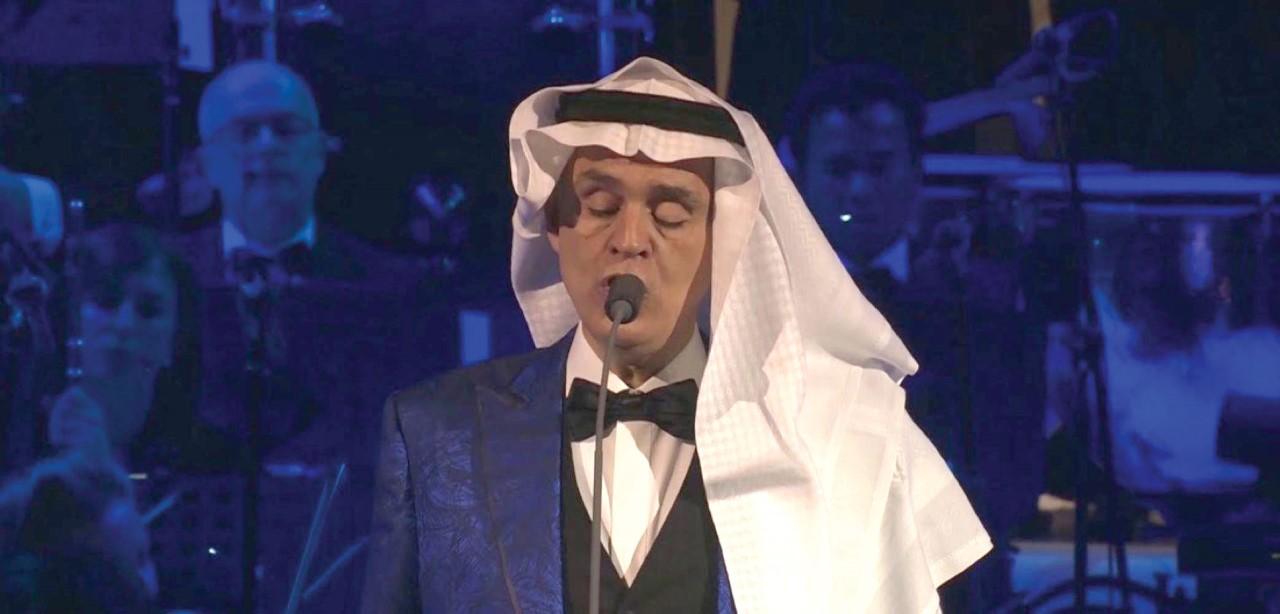 أندريا بوتشيلي يرتدي «الغترة والعقال» لإحياء حفل العلا