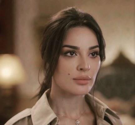 مكياج نادين نسيب نجيم في مسلسل خمسة ونص