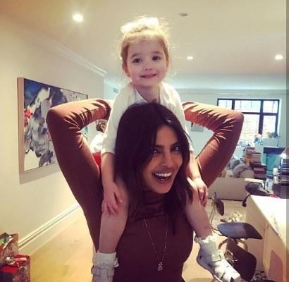 بريانكا مع طفلة أحد أقرباء زوجها نيك