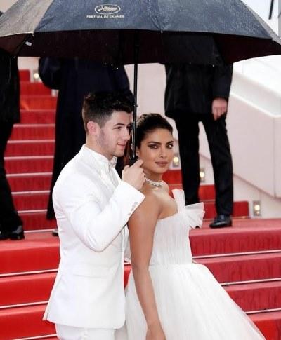 نيك يحمل المظلة لزوجته بريانكا