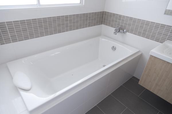 طريقة تنظيف وتلميع حوض الحمام