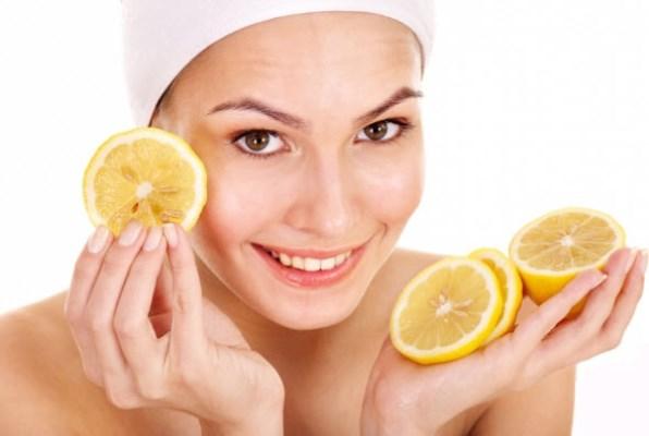 يحتوي الليمون على فيتامين سي الذي يغذي بشرتك