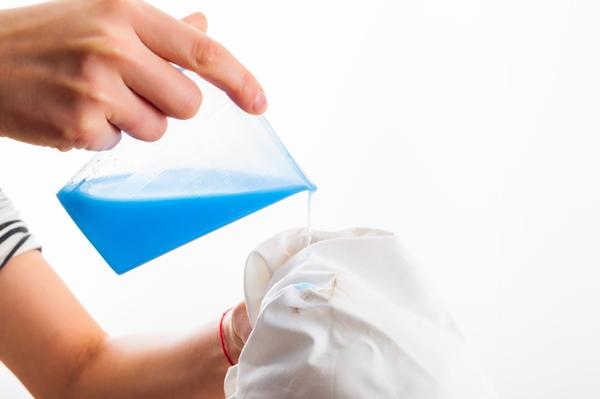 ازالة البقع الزرقاء من الملابس البيضاء