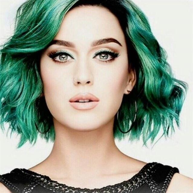 تسريحة الشعر القصير باللون الأخضر