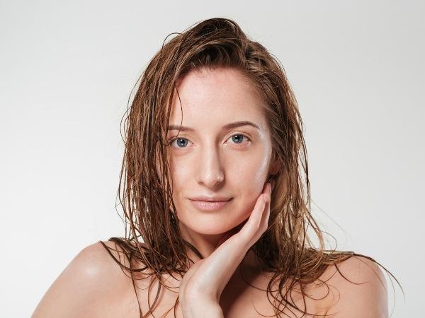 استخدمي الماء البارد لترطيب البشرة وتخفيف الالتهابات