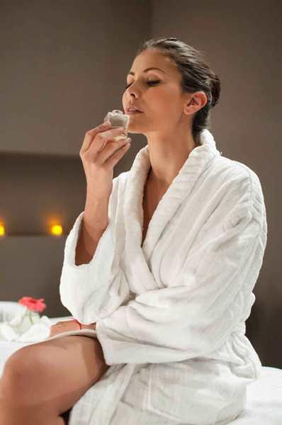 بعد الاستحمام مباشرة يُعتبر أفضل وقت لوضع معطّر الجسم
