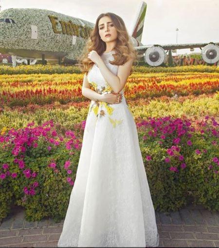 الفستان الأبيض بخامة الدانتيل المهدولة