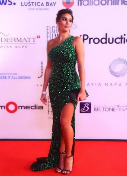 فستان أخضر لامع