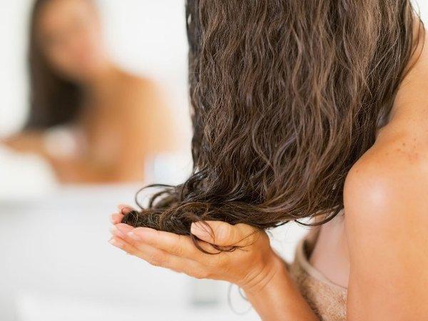 تطبيق البلسم على شعر جاف