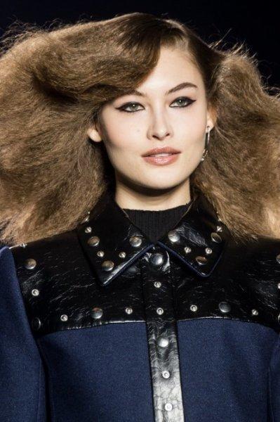 الشعر المنفوش مع الغرة العصرية