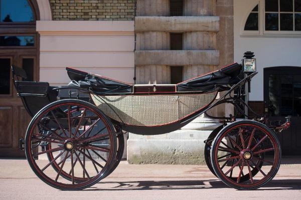 العربة التي اختارها العروسان