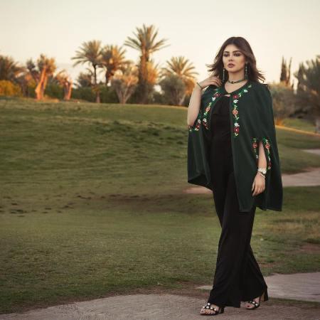 دينا بالسلهام المغربي مع ملابس عصرية