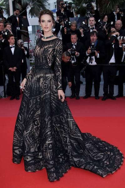 فستان أسود طويل محتشم مع الخطوط الهندسية