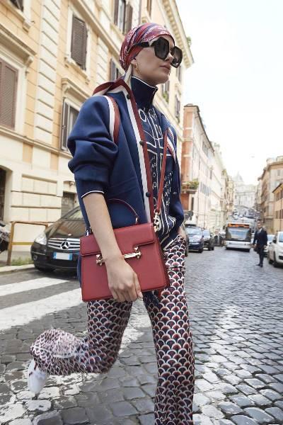 حقائب فالنتينو الأنيقة بالألوان الصريحة مثل الأحمر