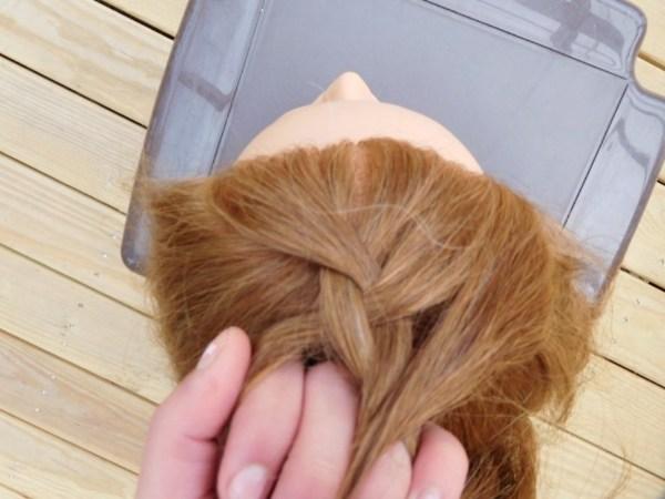 امسكي الأقسام الثلاثة من الشعر بكلتا يديك