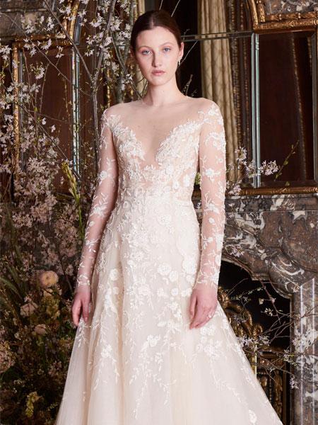 ee1eb7ed1 كذلك برزت الفساتين بدون أكمام والمزينة بالورود لدى ماركات Alessandra  Rinaudo، وكلير بيتيبون Claire Pettibone.