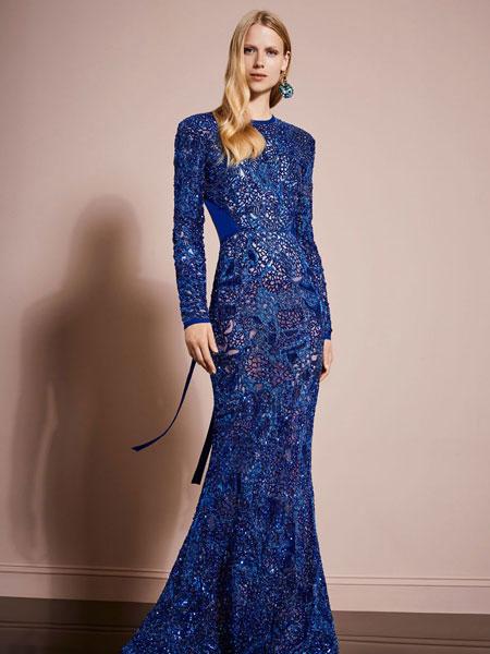 d6263c784 وباللون الأزرق الداكن، قدمت العديد من بيوت الأزياء فساتين سهرة فخمة مزينة  بتطريزات ...