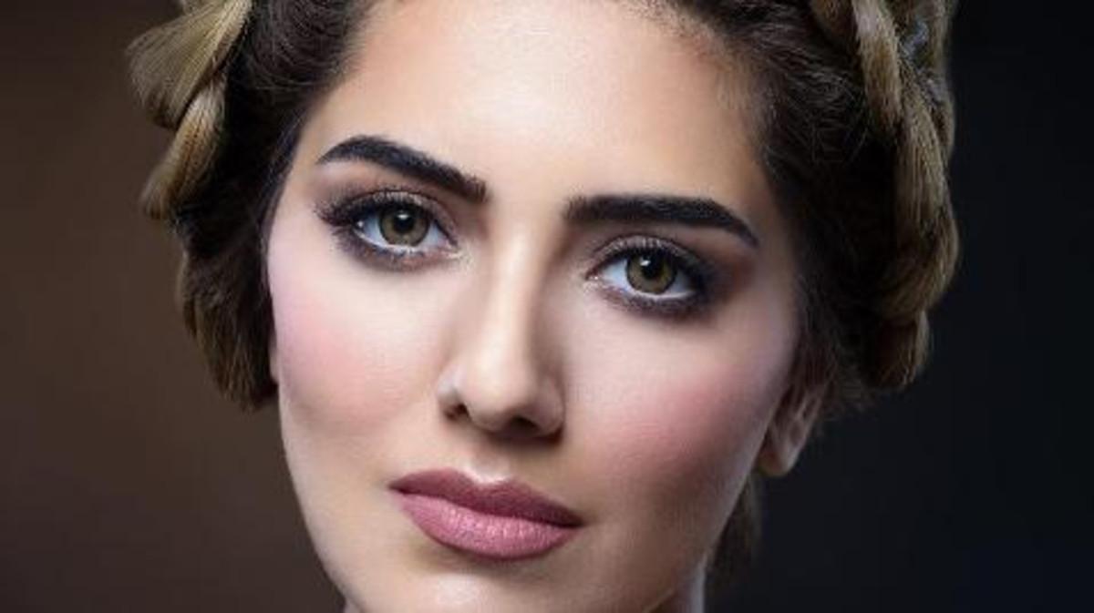 dba586866 تحرص هيا عبد السلام على الاهتمام الدائم بحاجبيها، بحيث تشذبهما وتعمل على  تمشيطهما وإزالة الزوائد منهما، مما يحافظ دائماً على جمال مظهرهما الطبيعي.