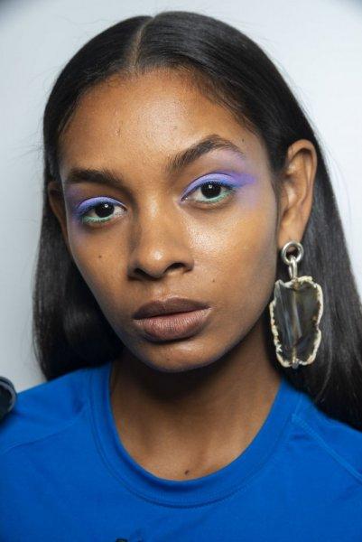 مكياج عيون بألوان صارخة
