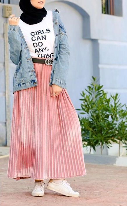 e4797be5ec131 إن كنت تفضلين ارتداء القميص الجينز، فهذا سيمنحك فرصة تنسيقه مع التنورة  باللون الوردي وستندهشين من النتيجة.