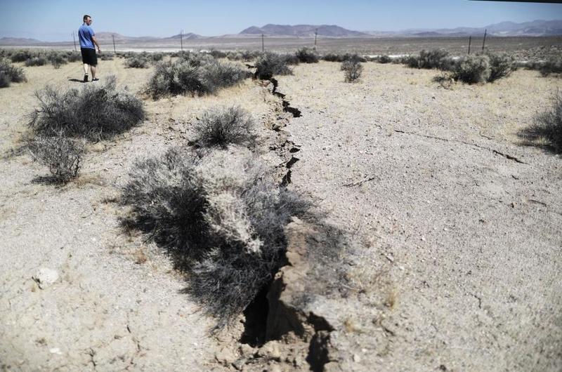 تتركز شدة الزلزال في اتجاخ سيره عادةً
