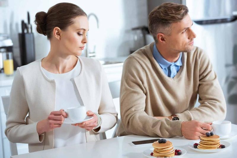 عدم التواصل من علامات عدم حب الزوج لزوجته