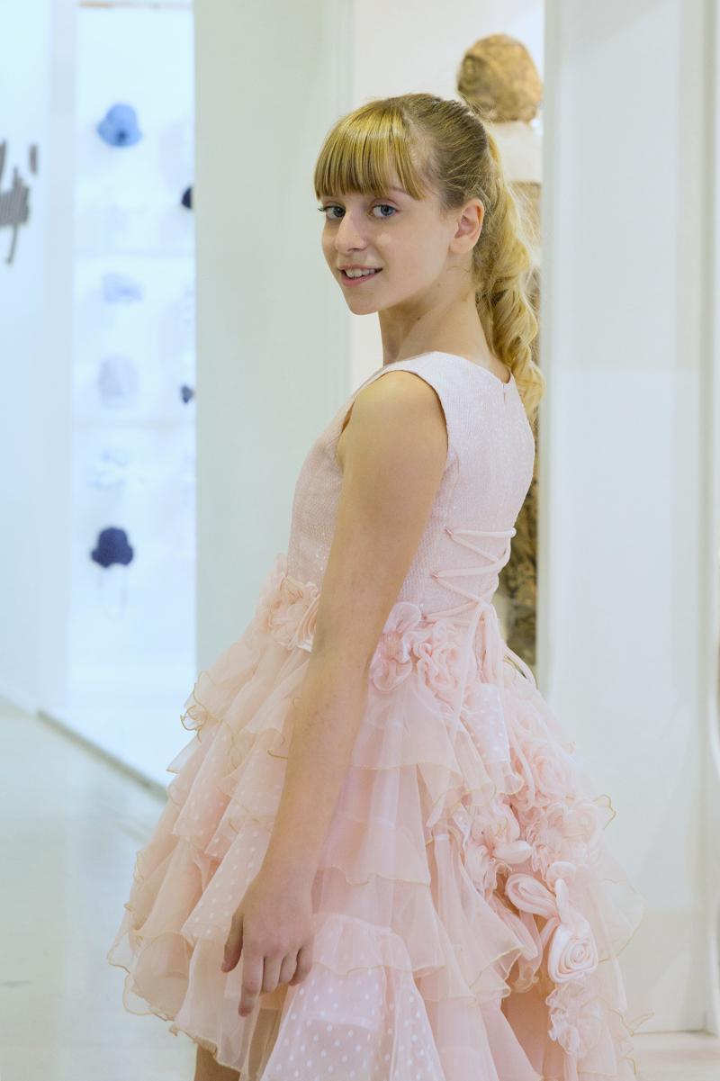 04b4d8408 كما قدمت بعض الماركات فساتين بنات للعيد باللون الوردي ومزينة بطبعات الورود،  مثل فساتين Pinco Pallino، وموناليزا Monnalisa.