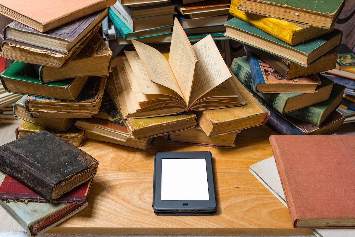 الكتب الورقية والإلكتروينة