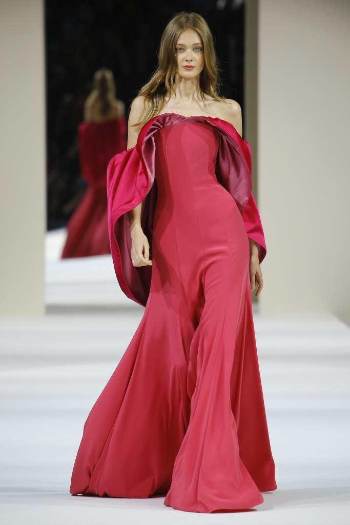 659239965 وقد أحببنا الفساتين الحمراء التي ظهرت خلال عروض الأزياء الراقية  لدورValentino Alexis Mabille ، Givenchy ،Fendi ،Ralph&Russo وغيرها.