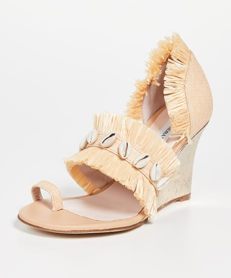 الأحذية صيفية والصنادل المزينة بالقواقع