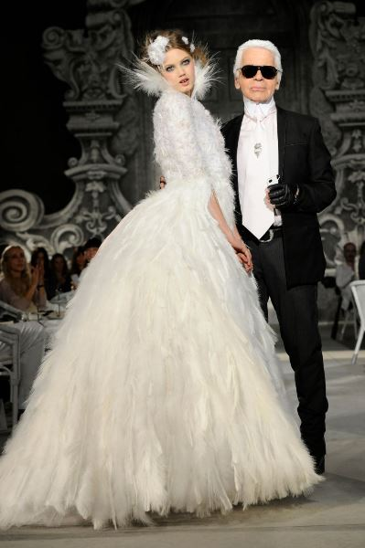 7b9a6bfab6896 تطورت تصاميم كارل لاغرفيلد للعروس بشكل سريع، وفي كل مرة كان يبدع تصاميم  مميزة للعروس تجعلها أميرة عاشقة للموضة، ولا تشبه سواها من العرائس.