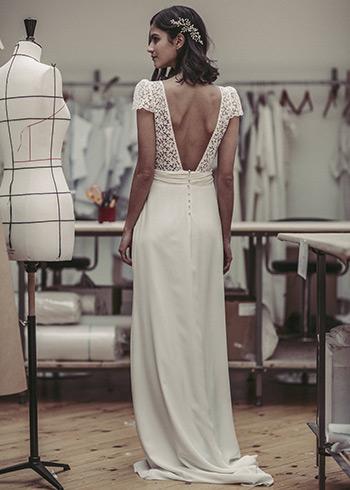 5f256ddcc ورغم توجه عدد كبير من مصممي فساتين الزفاف إلى هذه الموضة، إلا أنها جاءت  مختلفة في قصاتها، حيث وضع كل مصمم لمسته الإبداعية وتوقيعه الشخصي، ومن بين  هؤلاء ...
