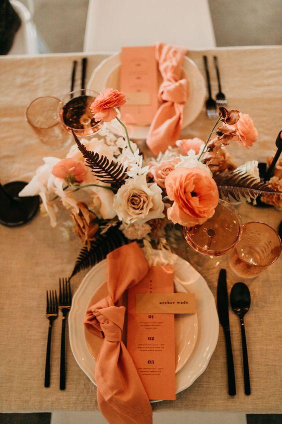 أدوات مائدة باللون المشمشي
